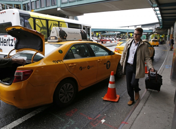 Airports add surcharges for limousine, taxi, Uber and Lyft rides